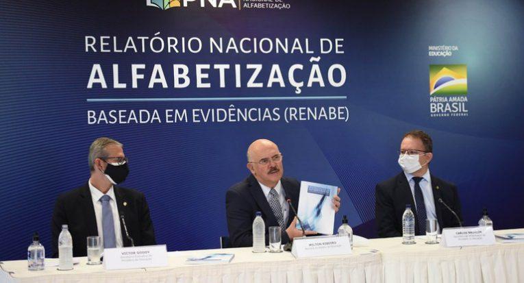 O ministro Milton Ribeiro apresenta o documento do MEC sobre 'alfabetização baseada em evidências': eficácia (Luis Fortes/MEC)